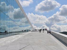 Spiegeleffekt: Der weiße Marmor des Opernhauses in Oslo strahlt in der Mittagssonne.
