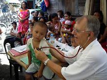 """Dr. med. Jörg Schriever, hier im Einsatz für """"Ärzte für die Dritte Welt"""", war jahrzehntelang Chefarzt der Abteilung für Kinder- und Jugendmedizin im Mechernicher Kreiskrankenhaus. Er ist Beauftragter für Kinderunfälle des Berufsverbandes der Kinder- und Jugendärzte (BVJK)."""