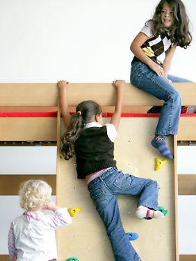 Wenn Kinder vom Hochbett fallen, dann meist beim Spielen, seltener im Schlaf.