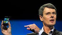 Fast wie Steve Jobs: Thorsten Heins präsentiert einen Prototypen mit dem neuen Betriebssystem.