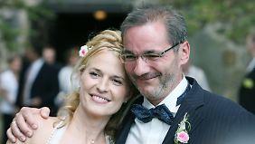 Platzeck und seine Frau Jeanette Jesorka nach ihrer Hochzeit im Juni 2008 in der Dorfkirche von Ringenwalde in der Uckermark.