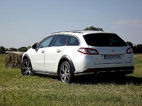 Äußerlich künden vor allem Unterfahrschutz und die um 50 Millimeter erhöhte Bodenfreiheit von einem SUV.