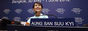 Die erste Auslandsreise Aung San Suu Kyi führte die Politikerin nach Thailand zu einem Asiatischen Wirtschaftsforum.