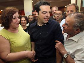 Tsipras beim Wahlkampf in einem Athener Vorort. Auch der Syriza-Chef hat keine Lösungen parat.