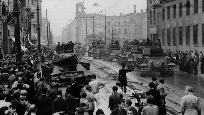 Sowjetische Panzer am 17. Juni 1953 in der Leipziger Straße in Ostberlin.