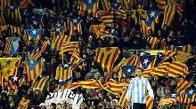 Zeigen Flagge: Katalanische Fans in Barcelona.
