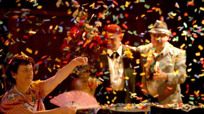 Bunt und schillernd geht es auf der Bühne zu: Taubblinde bei einer Theateraufführung im April 2012 im Nalaga'at-Theater in Tel Aviv.