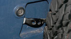 Versteckter Fingernagel-Killer: Der Öffnungshebel der Hecktür hinterm Reserverad.
