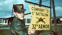 Elvis Presley (Bild undatiert) vor dem Schild seines Battaillons in Friedberg, ...