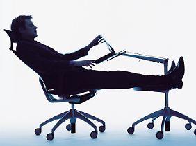 Schlaf ist im Liegen am erholsamsten. Es gibt Möbel, die extra für den Büroschlaf konzipiert sind.