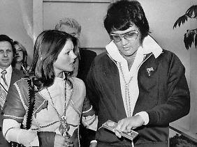 Freundschaftliches Verhalten am Tag ihrer Scheidung: Priscilla und Elvis am 10.10.1973.