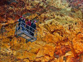 In das Innere des Vulkans geht es per Lift. Der Fahrstuhl ähnelt jener Konstruktion, die Fensterputzer an Hochhäusern benutzen.