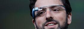 """Sergey Brin präsentiert das erste """"Google Glass""""-Modell."""