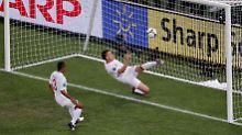 Englands John Terry rettet - aber der Ball war schon über der Linie.