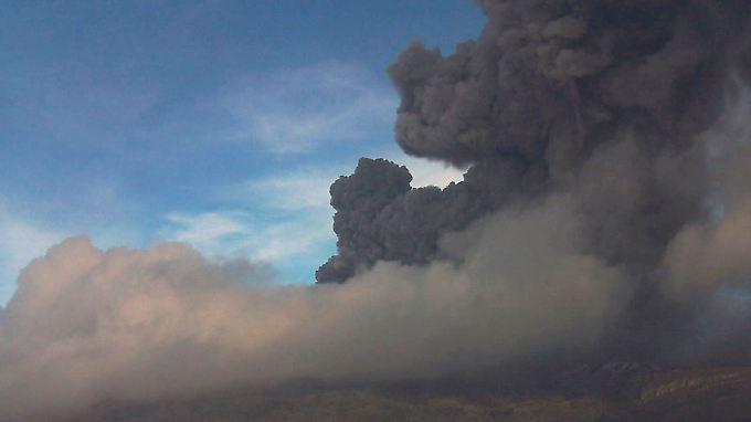 Dicke Rauchwolken steigen aus dem Nevado del Ruiz auf.