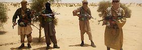Islamisten der Gruppe Ansar Dine posieren für einen Fotografen.