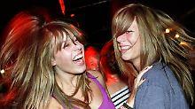 Die Zwillinge Rosa (l) und Lara kennen die Blicke, die sie auf sich ziehen.