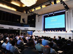 Aktionäre verfolgen in Hamburg die Hauptversammlung der Baumarktkette Praktiker.