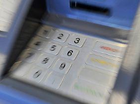 Das Tastenfeld eines Geldautomaten: Hier tummeln sich so viele Keime wie auf öffentlichen Toiletten.
