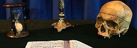 Beim Aufnahmeritual der Freimaurer spielen Kerze und Stundenglas als Zeichen der Vergänglichkeit und Totenschädel als Symbol der eigenen Sterblichkeit eine Rolle.