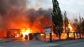 Krefelder Holzmarkt in Flammen: Feuerwehr löst Großalarm aus