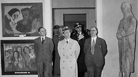 "Initiator der Schau ""Entartete Kunst"" war Propagandaminister Joseph Goebbels (M.)"