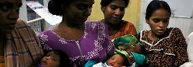 Mütter mit ihren neugeborenen Kindern im indischen Chennai.