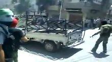 Soldaten der Freien Syrischen Armee  ziehen in Damaskus ein.