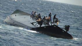 Passagiere auf dem gekenterten Schiff.