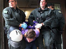 Die Polizei löste beide Besetzungen auf.