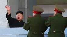 Kim Jong Un nimmt in Pjöngjang eine Parade der Armee ab.