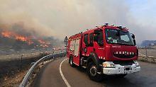 Die Feuerwehr versucht ihr Bestes im Kampf gegen die Flammen.