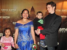 Der Autor Benjamin Prüfer und seine Frau Sreykeo Sorvan mit ihren Kindern Lukas und Rothana in Hamburg.