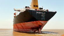 Übermalt mit neuem Namen: Der Unglückstanker auf Reede vor der Alang-Werft im indischen Bundesstaat Gujarat.