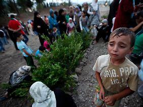 Ein syrischer Flüchtlingsjunge nimmt in der türkischen Provinz Hatay an einer Beerdigung von syrischen Rebellen teil, die im Kampf starben.