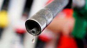Benzin ist leichter als Diesel. Die Treibstoffe mischen sich also nicht im Tank.
