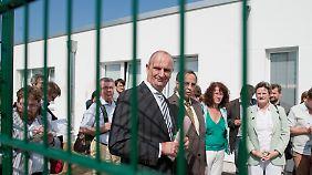 Brandenburgs Innenminister Woidke hatte im Vorfeld der Eröffnung Presse und Aktivisten eingeladen.