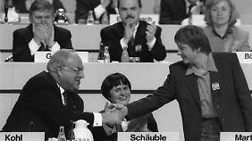Angela Merkel und Helmut Kohl im Dezember 1991 in Dresden. 14 Jahre später wird Merkel Kanzlerin.