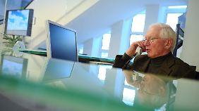 Viele Senioren sitzen am Empfang oder an der Pforte, um etwas zur Rente dazuzuverdienen.