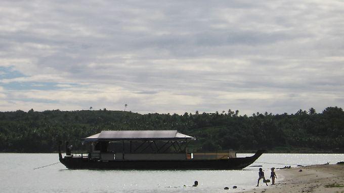 Boot am Strand von Aitutaki, einer der Cook-Inseln.