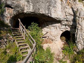 Eingang zur Denisova-Höhle im südsibirischen Altai-Gebirge, in der die fossilen Relikte des Denisova-Frühmenschen gefunden wurden.