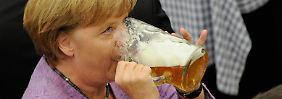 Eine Frau, ein Zelt, ein Bier: Kanzlerin Merkel auf dem Gillamoos-Jahrmarkt im bayerischen Abensberg.