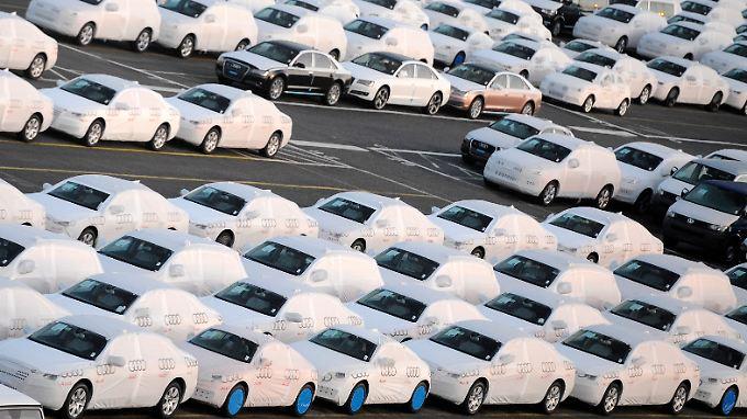 Nagelneue Autos warten in Bremerhaven auf ihre Verschiffung in die USA.
