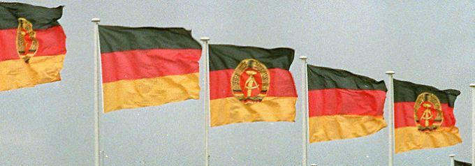 Seite an Seite wehen die Fahnen der Bundesrepublik Deutschland und der DDR (Archivbild vom 7. 1987).
