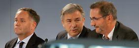 Wer einmal lügt, dem glaubt man nicht: Berlins Bürgermeister Klaus Wowereit (M), Brandenburgs Ministerpräsident Matthias Platzeck (r.) und Flughafenchef Rainer Schwarz.