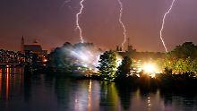 Gewitter über Magdeburg an der Elbe. Was passiert eigentlich mit Fischen, wenn der Blitz mal ins Wasser einschlägt?