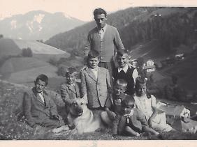 Reinhold Messner (3. v.l.) mit seinem Vater und Geschwistern. (undatiert)