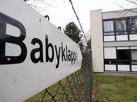 Die Frauen könnten das Kind in eine Babyklappe bringen, doch auf die Idee kommen sie nicht.