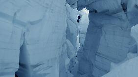 Spaltensturz während der Doppelbesteigung des Gasherbrum I+II, 1984 (Karakorum-Gebiet im Grenzgebiet von China und Pakistan), Maxime Belleville als Hans Kammerlander (nachgestellt)