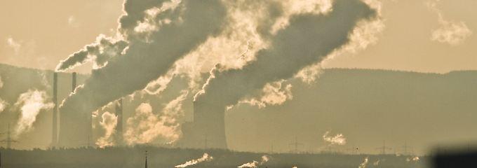 Riesige Wasserdampf-Fahnen über dem Kohlekraftwerk Staudinger bei Großkrotzenburg in Hessen.
